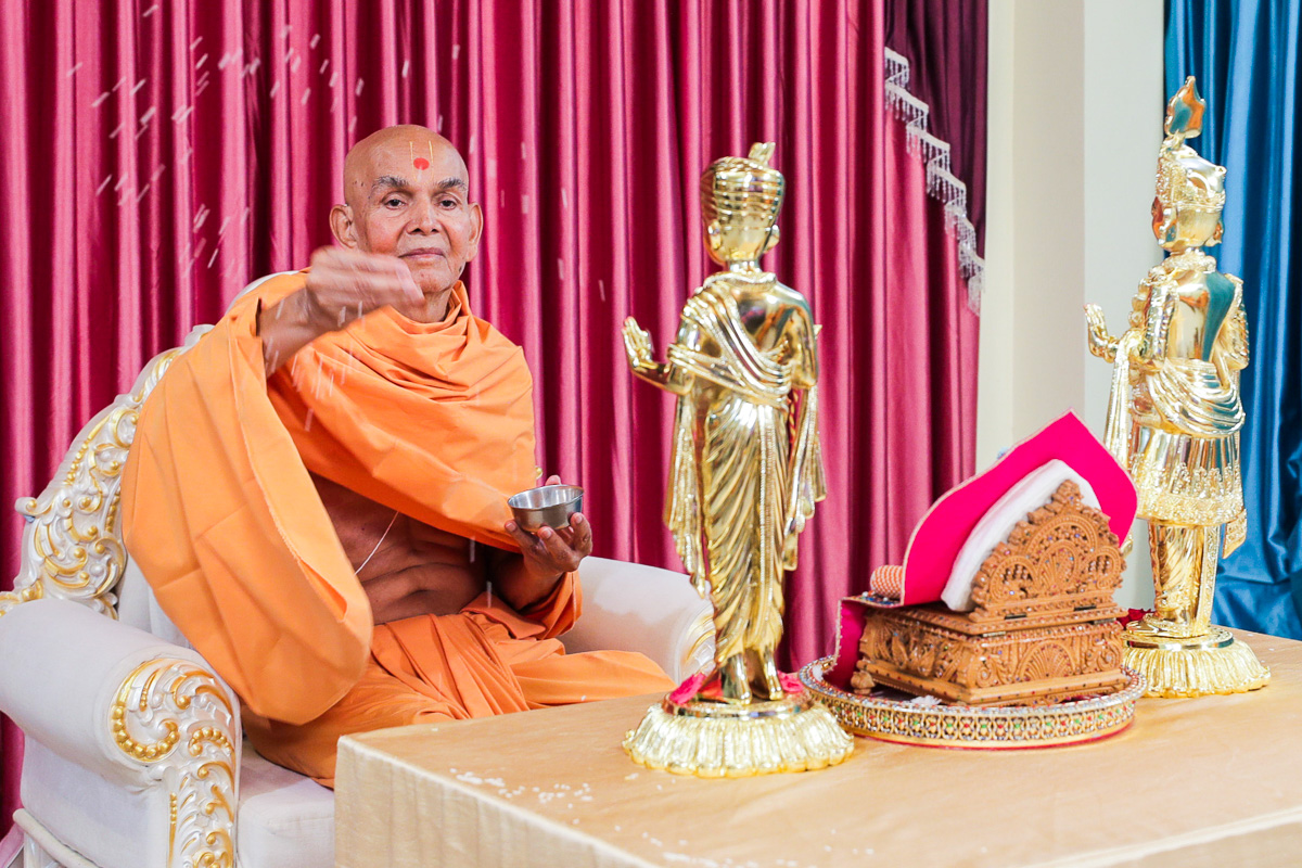 Swamishri showers sanctified rice grains, Nenpur