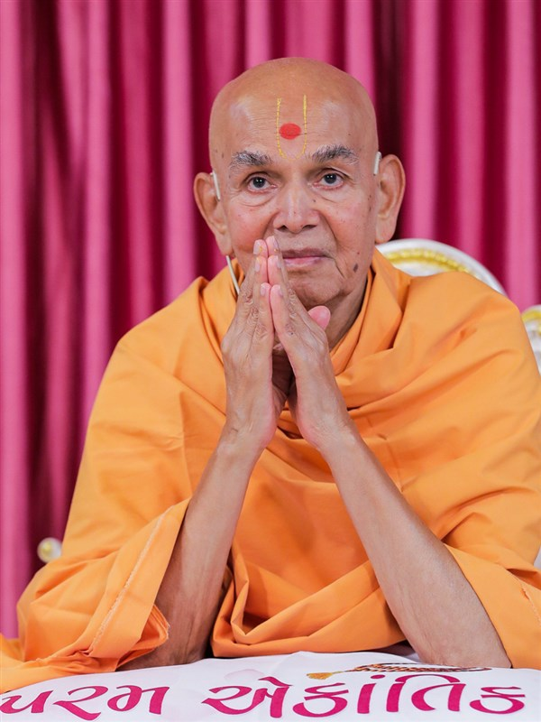 Swamishri greets all with folded hands, Nenpur