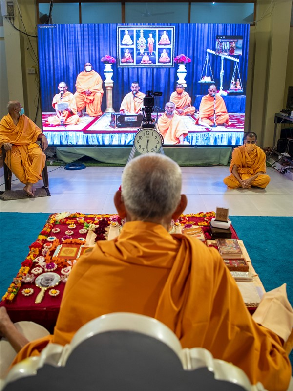 Sadhus in North America sing kirtans in Swamishri's morning puja via video conference