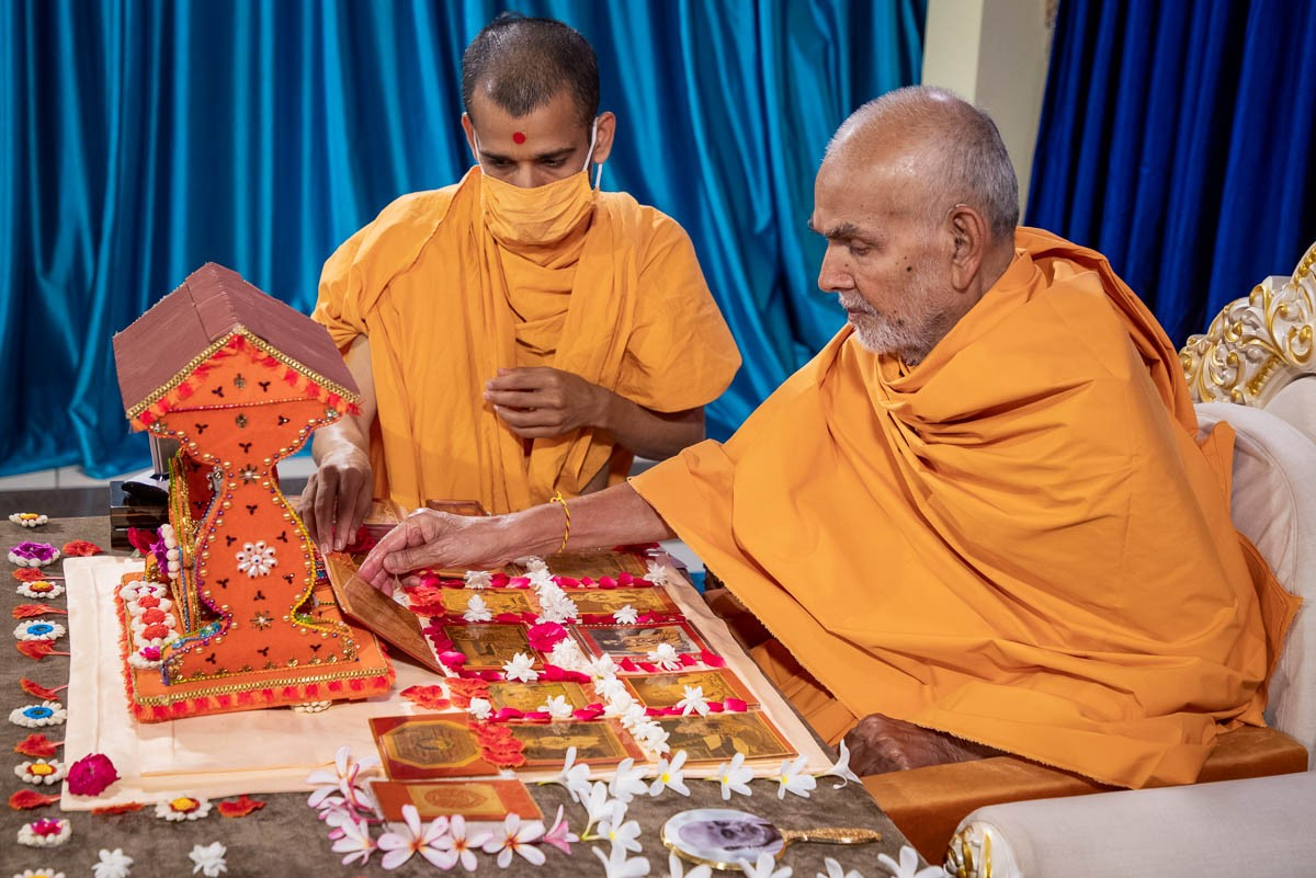 Swamishri adjusts the murtis before beginning his daily puja