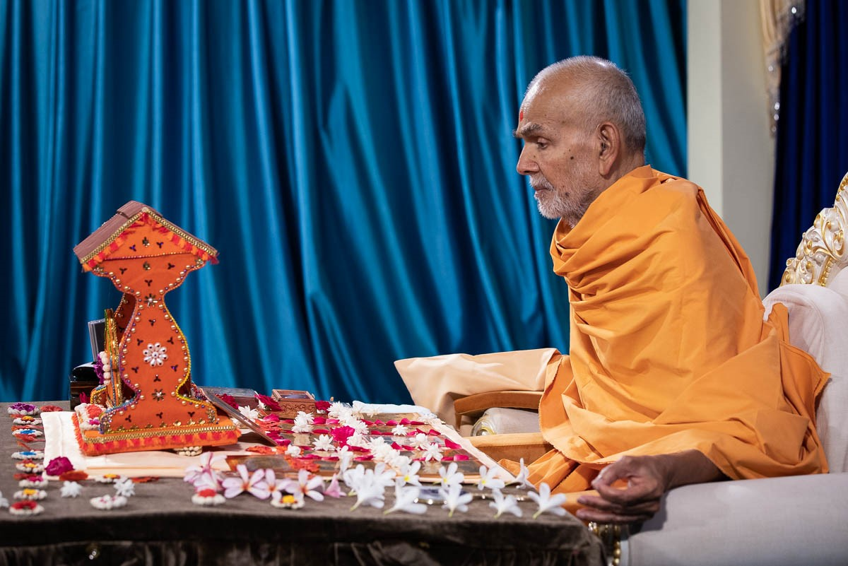 Swamishri performs his daily puja
