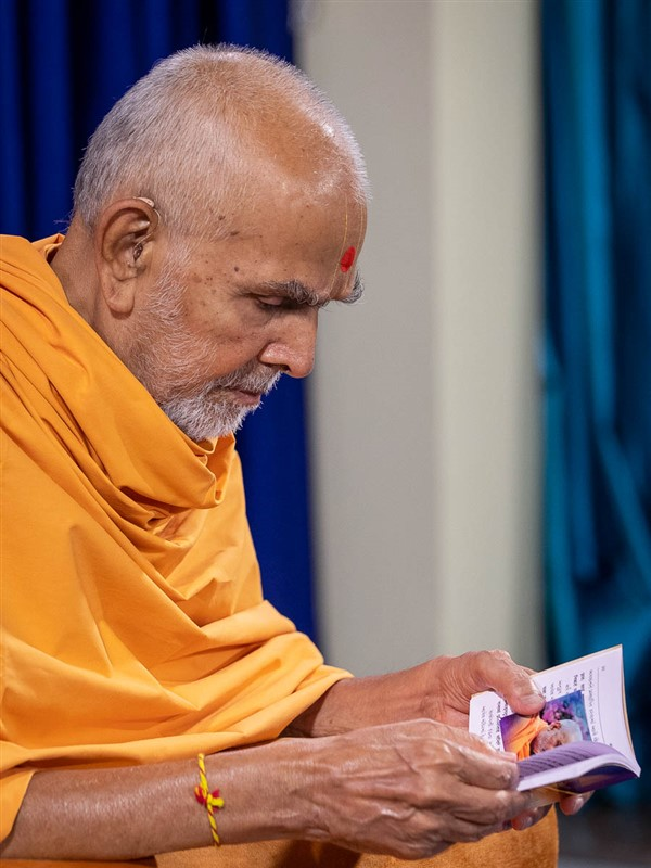 Swamishri reads the Satsang Diksha