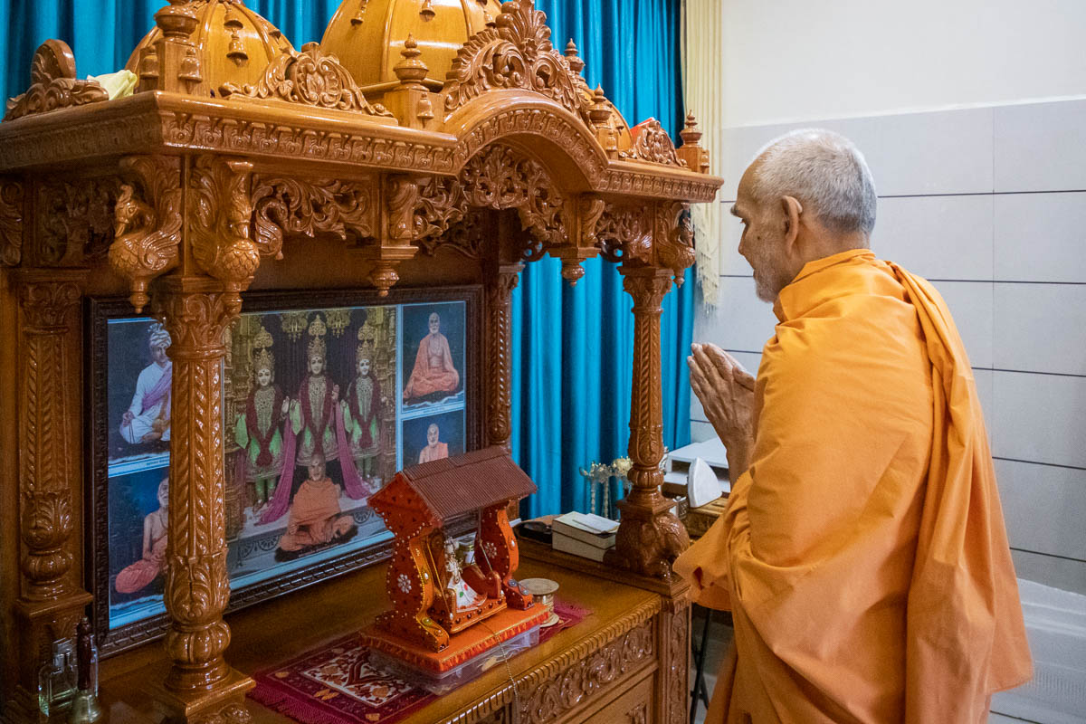Swamishri engrossed in darshan of Thakorji in the Shantivan Mandir