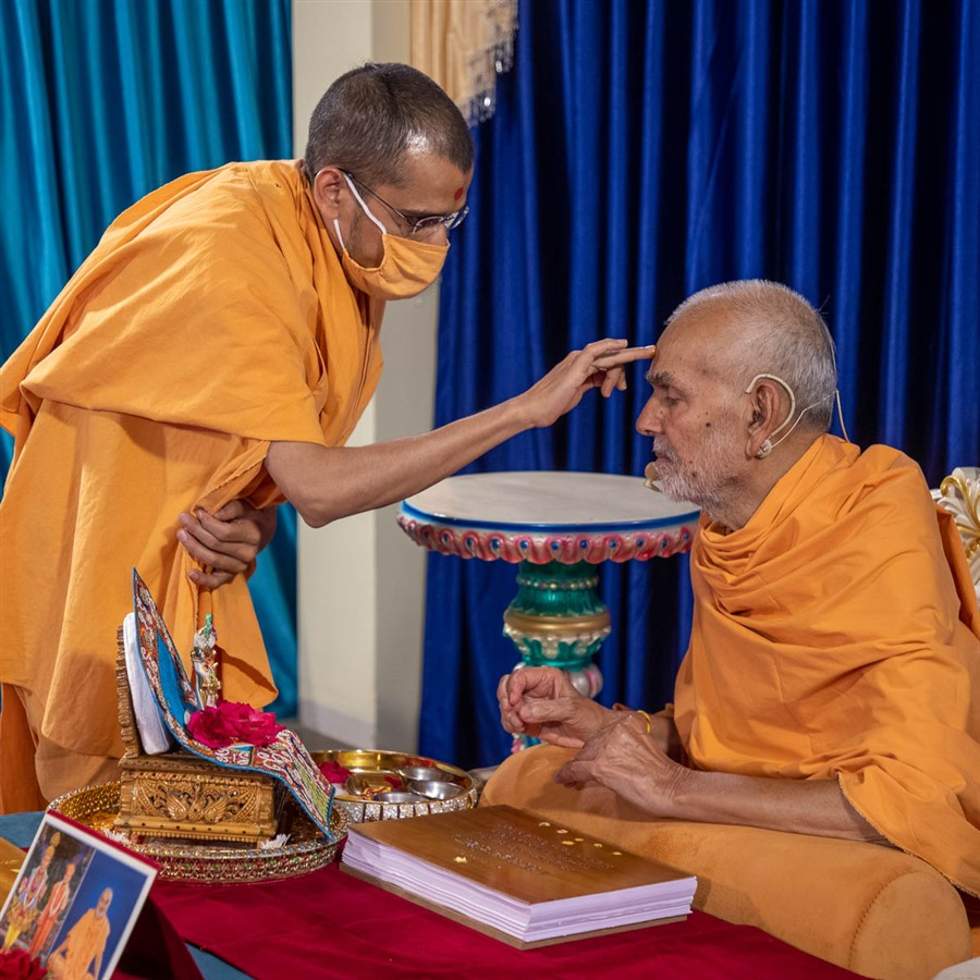 Santcharit Swami performs pujan of Swamishri
