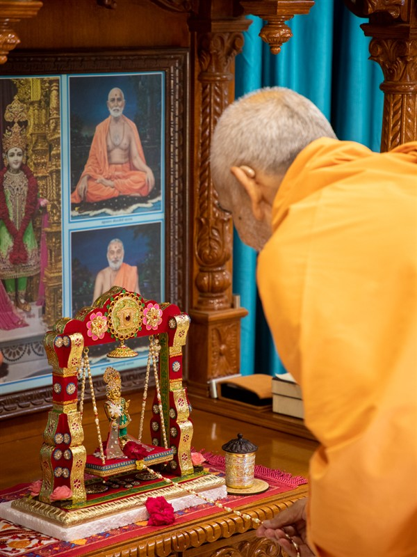 Swamishri swings Shri Harikrishna Maharaj on a hindolo in the Shantivan Mandir