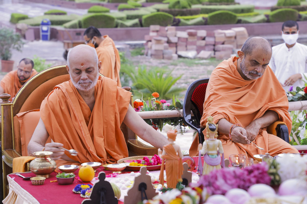 Pujya Viveksagar Swami and Gnaneshwar Swami perform the mahapuja rituals