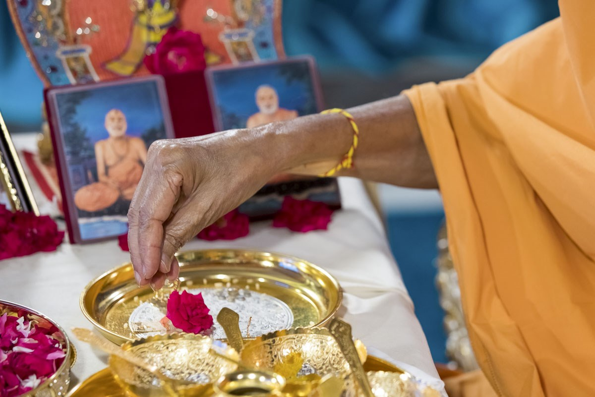 Swamishri performs pujan of the yantras