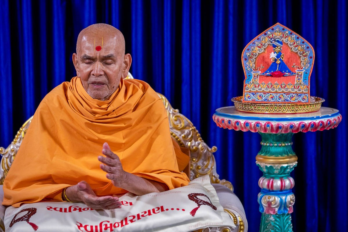 Swamishri chants the Swaminarayan dhun
