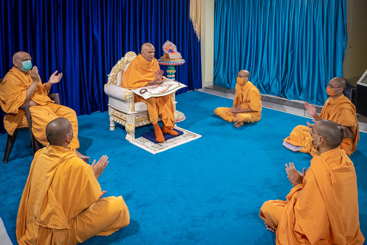 Swamishri and sadhus chant the Swaminarayan dhun