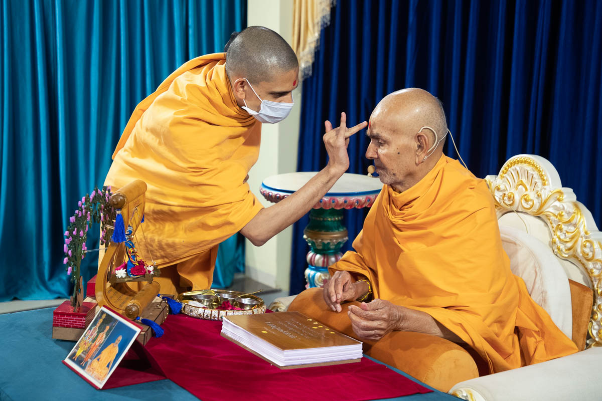 Uttamyogi Swami performs pujan of Swamishri