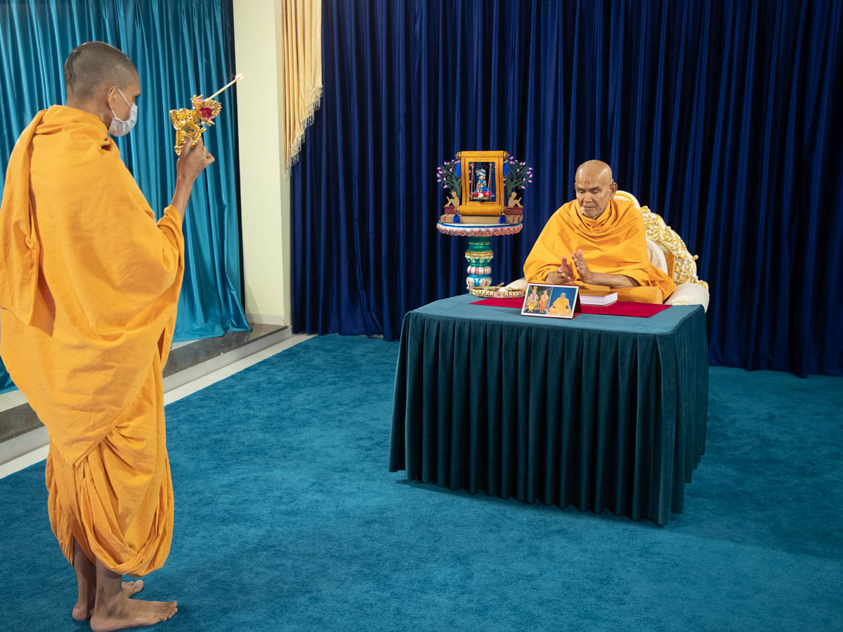Uttamyogi Swami performs the arti