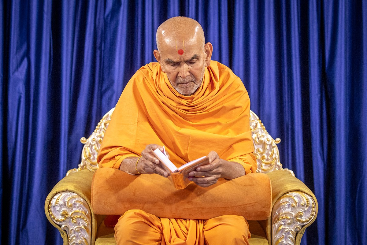 Swamishri reads the Shikshapatri and Satsang Diksha