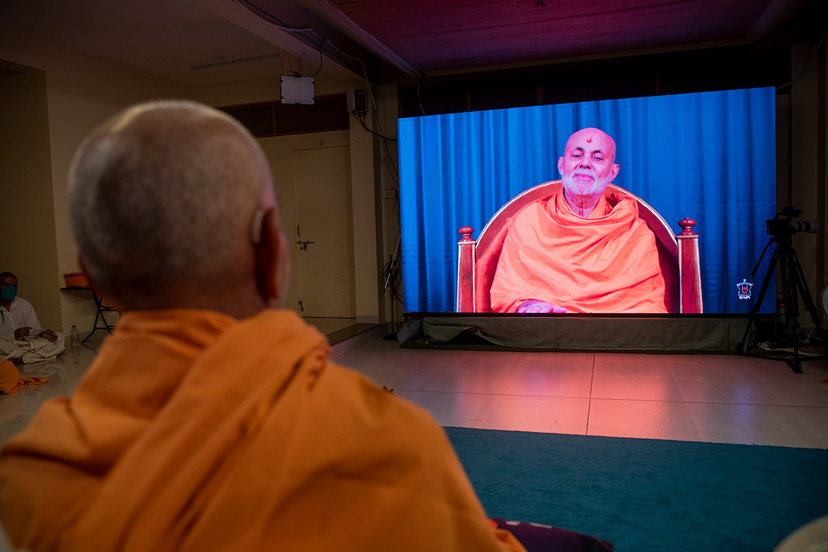 Swamishri during the Sunday satsang assembly in the evening