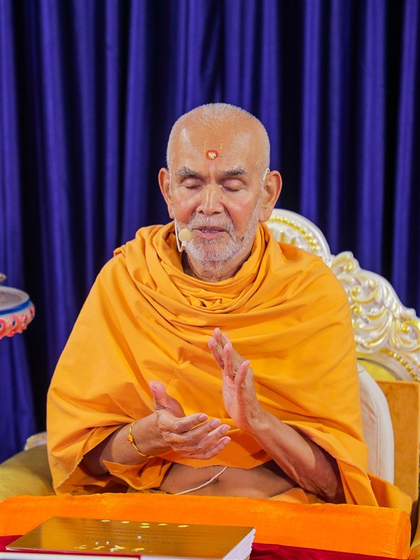 Swamishri chants the Swaminarayan dhun to pray for an early end to the coronavirus pandemic