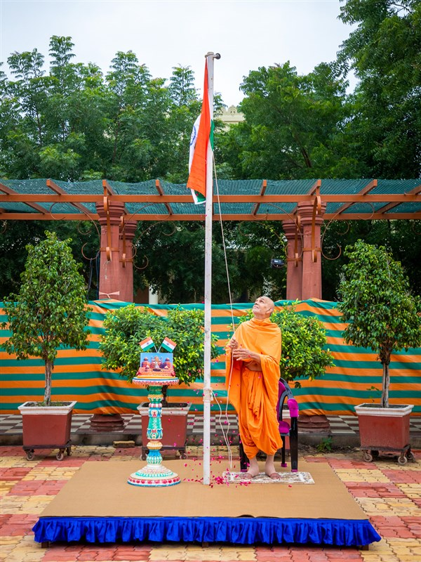 Swamishri raises the Indian national flag to mark the 74th Independence Day