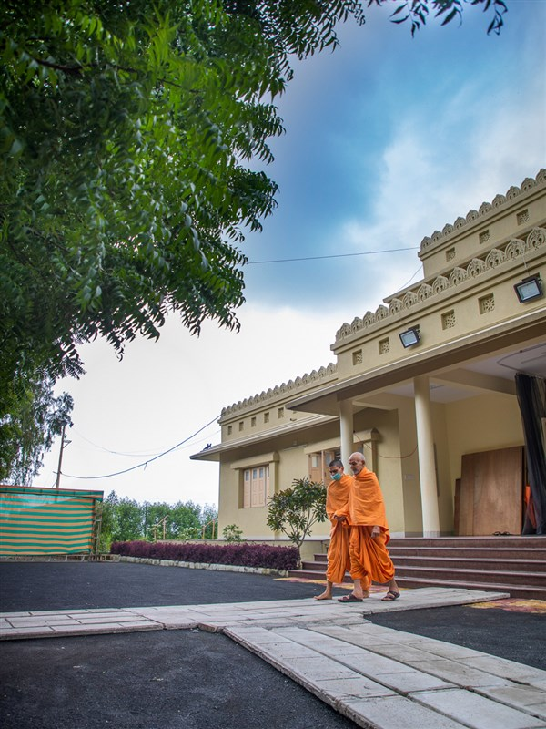 Swamishri in the Shantivan grounds in the afternoon