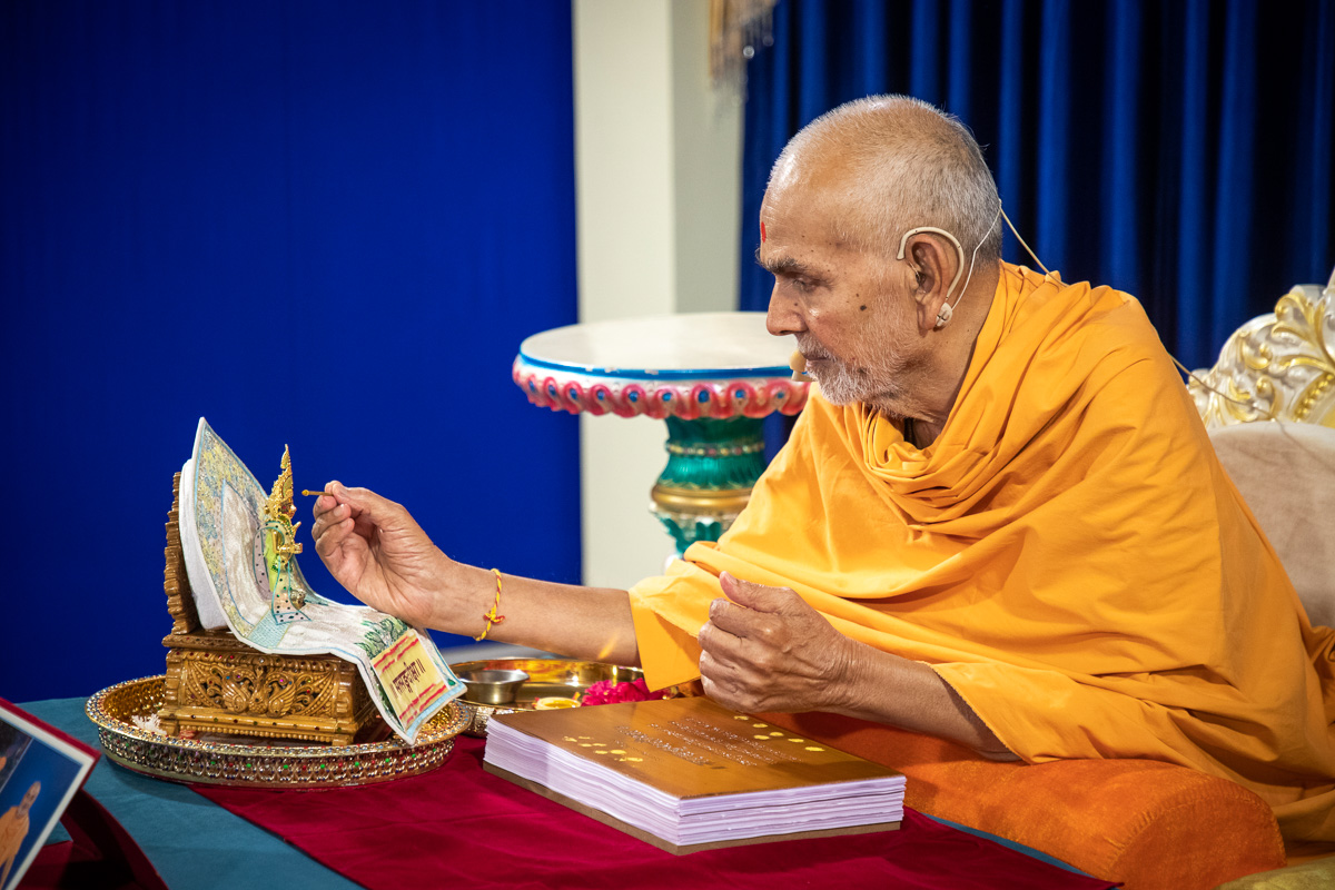 Swamishri performs pujan of Shri Harikrishna Maharaj at the start of the evening parayan on 'Satsang Diksha'