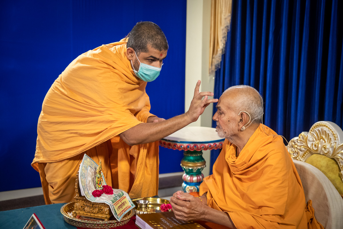 Vinaypriya Swami performs pujan of Swamishri