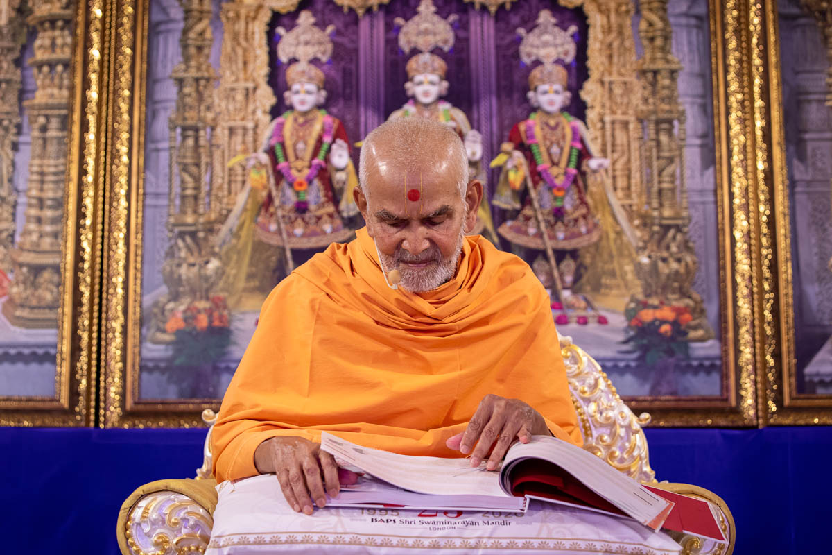 Swamishri reads prayers from devotees of London
