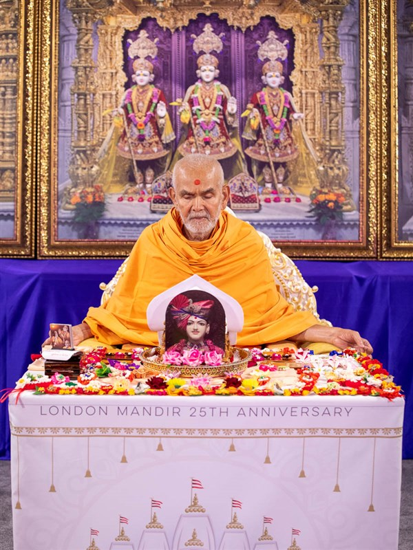 Mahant Swami Maharaj began his puja in Nenpur, India, around 6am IST