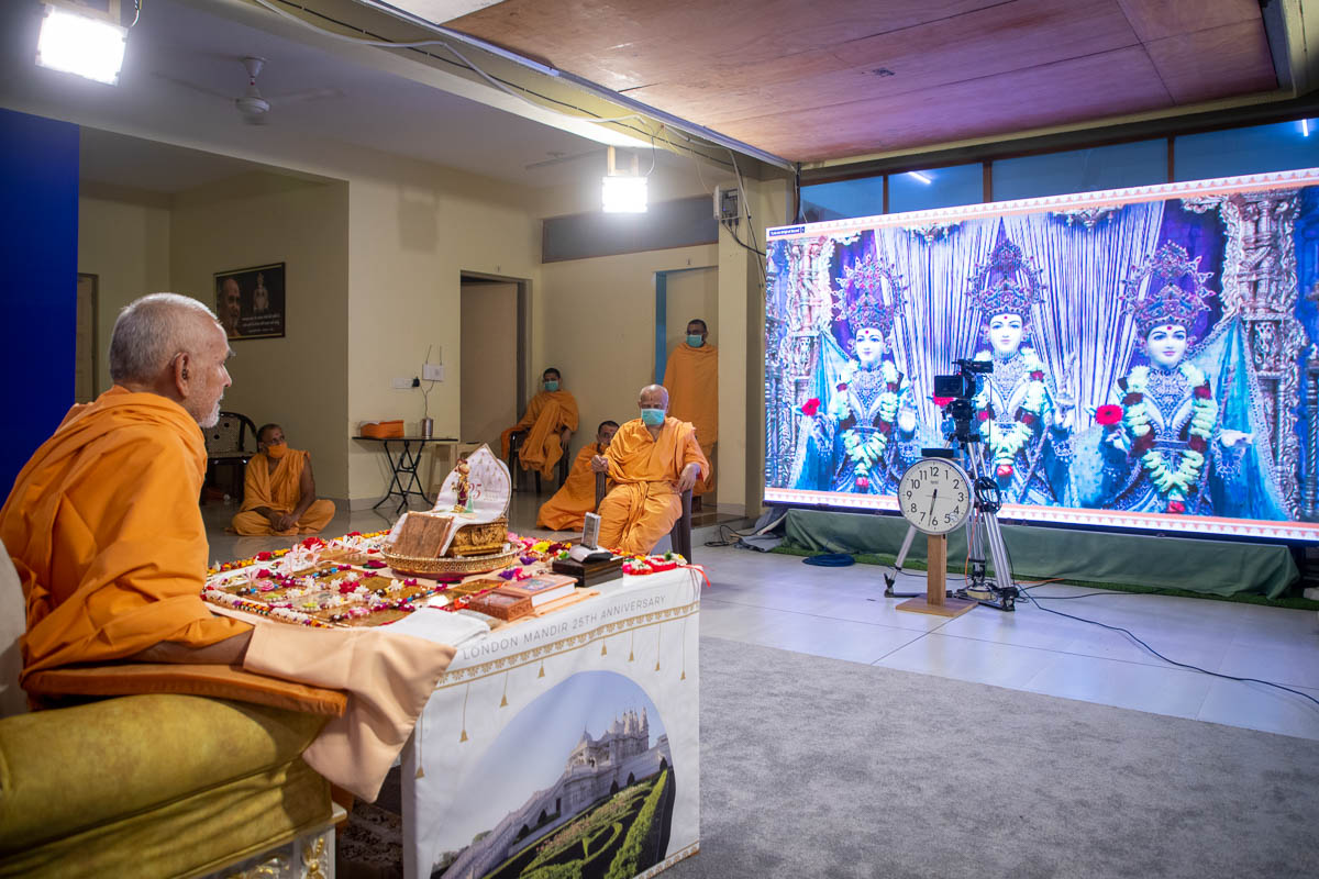 Swamishri enjoyed darshan of the murtis of London Mandir during his puja
