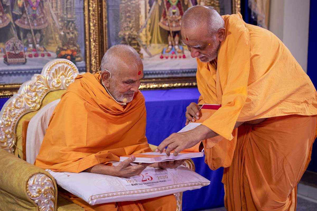 Atmaswarupdas Swami offered Swamishri an album of prayers prepared by the devotees of UK & Europe