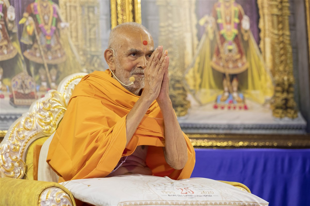 Swamishri bid the swamis in London 'Jay Swaminarayan' at around 3am BST