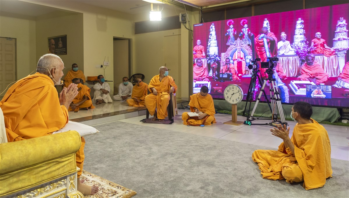 Swamishri humbly accepted the garland in Nenpur