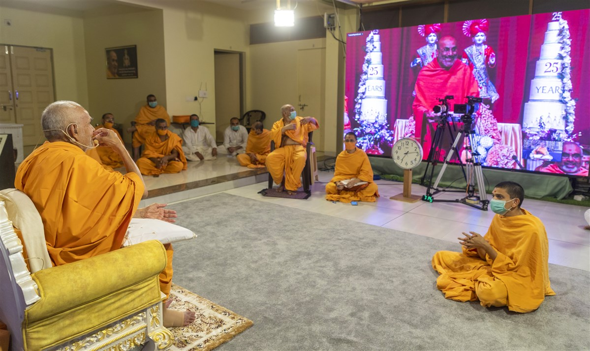 Swamishri lovingly accepted the mesub in Nenpur