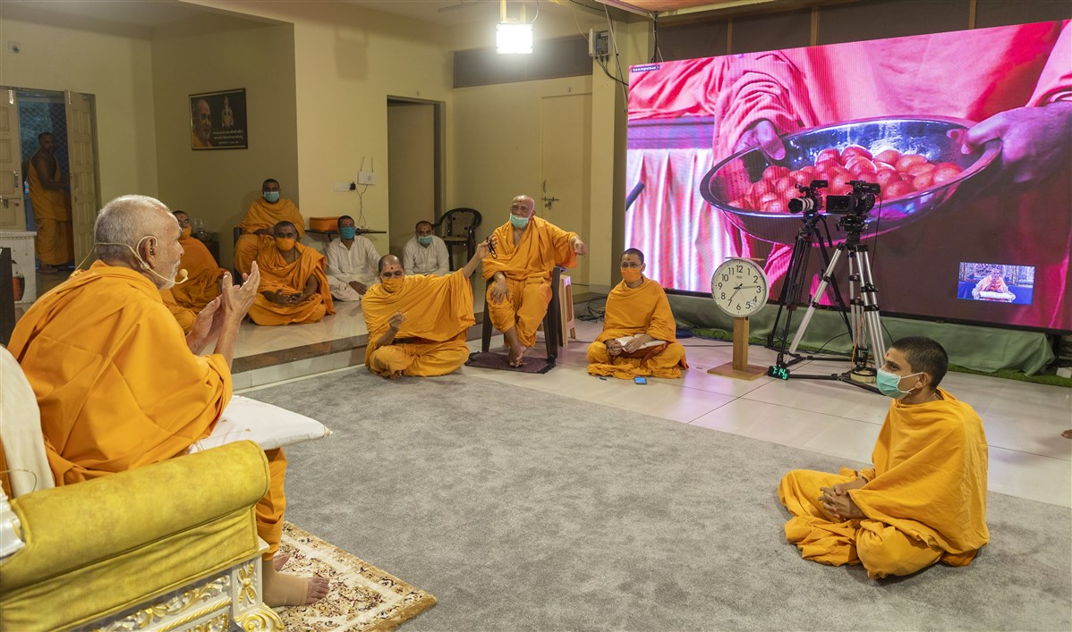 Swamishri watched on in Nenpur