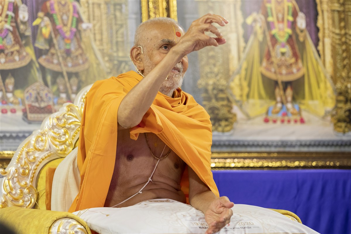 Swamishri lovingly accepted the gulab jambu in Nenpur