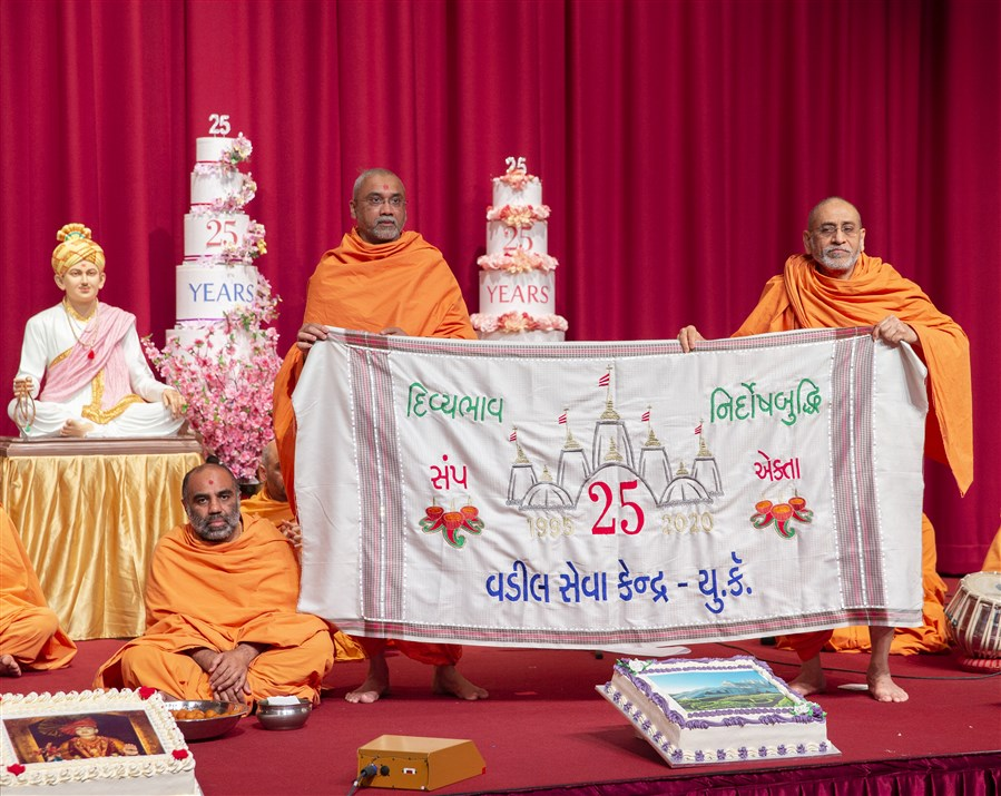 Swamis offered Swamishri a decorative shawl made by the elderly devotees of UK & Europe