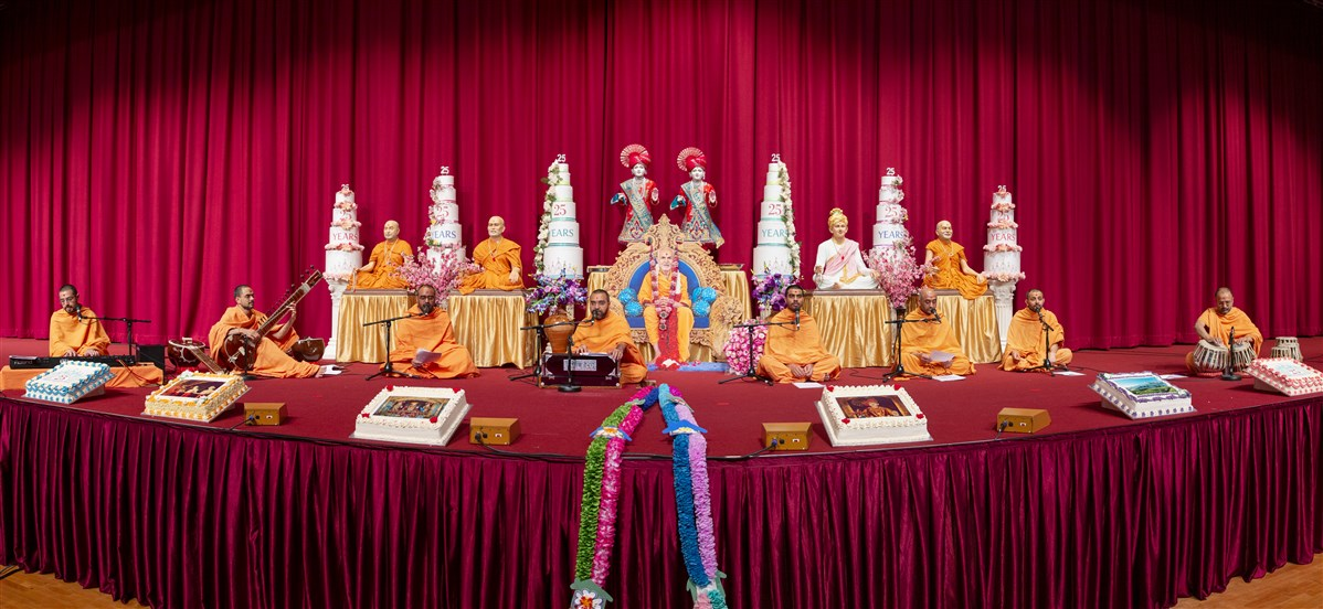 Swamis in London, UK, via video conferencing facilities, performed a kirtan aradhana during Swamishri's puja, starting at 1.30am BST