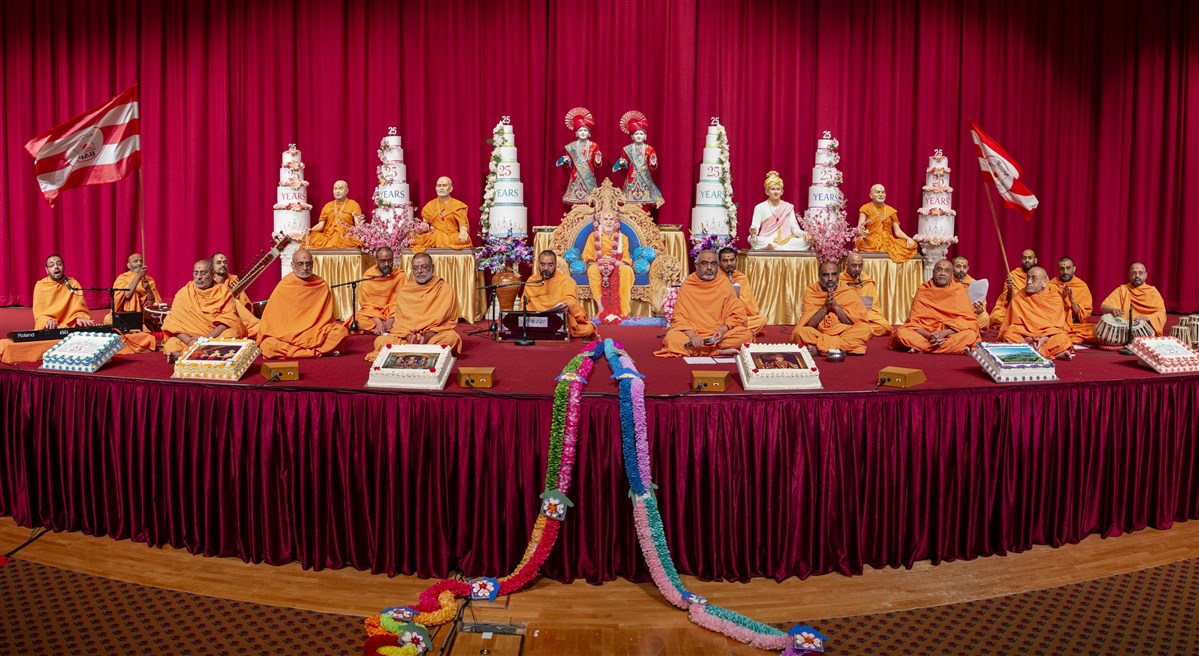 The aradhana concluded with the mandir's 25th anniversary celebratory kirtan, 'London Mandir Rajat Mahotsav', sung to the waving of flags
