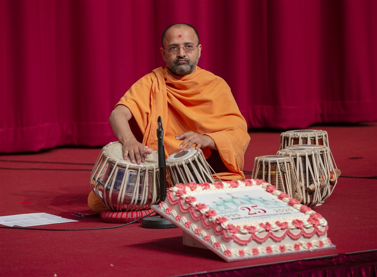 The kirtans were performed to the accompaniment of musical instruments played by the swamis