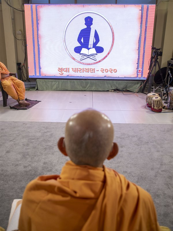 Swamishri watches the Yuva Parayan