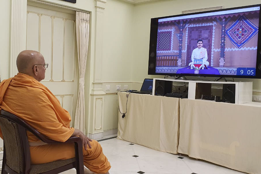 Pujya Ishwarcharan Swami watches the Yuva Parayan
