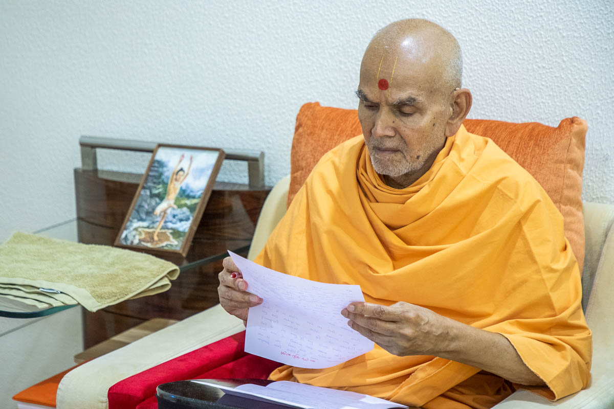 Swamishri reads letters from devotees