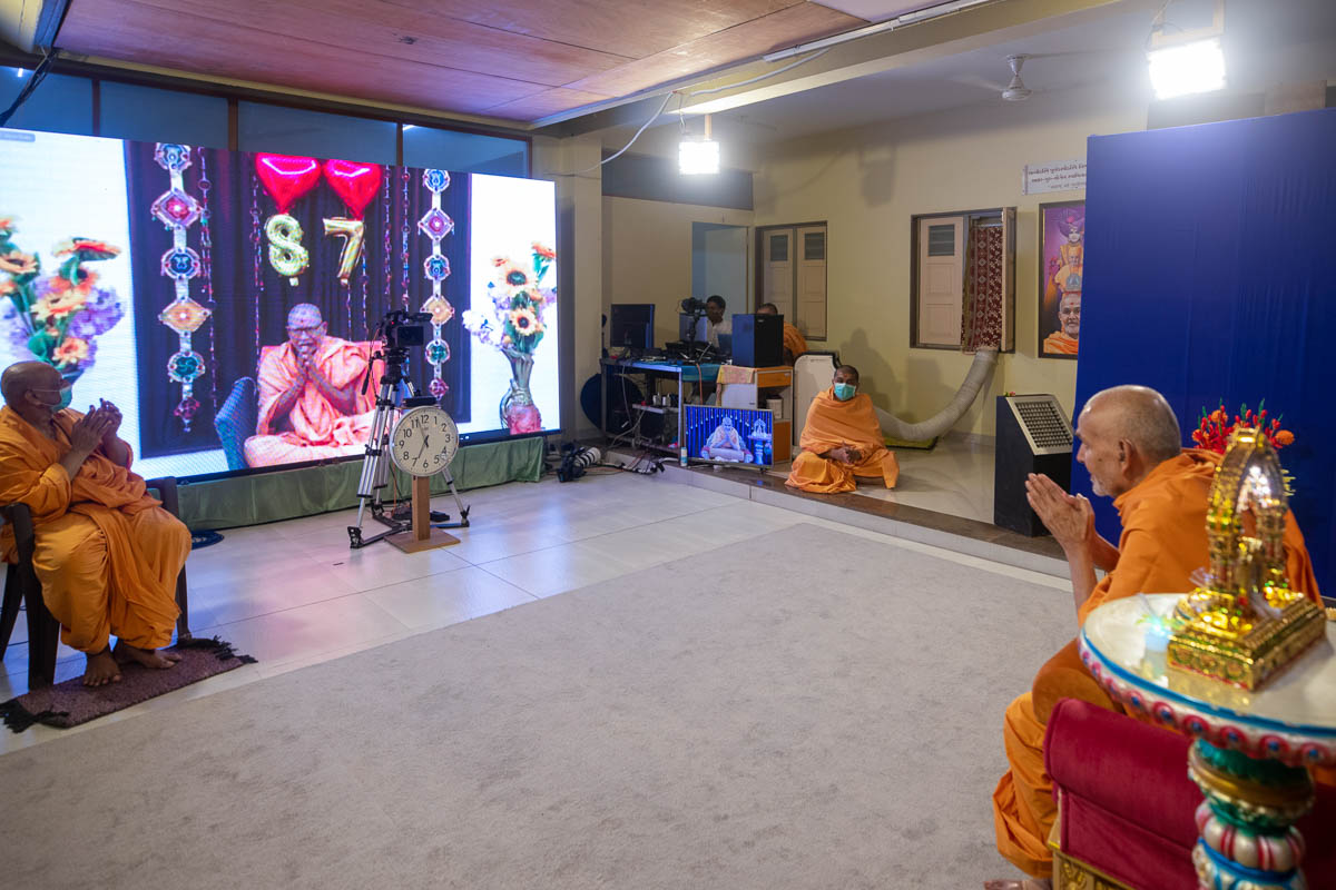 Swamishri's 87th birthday: Pujya Bhaktipriya Swami (Kothari Swami) prays before Swamishri
