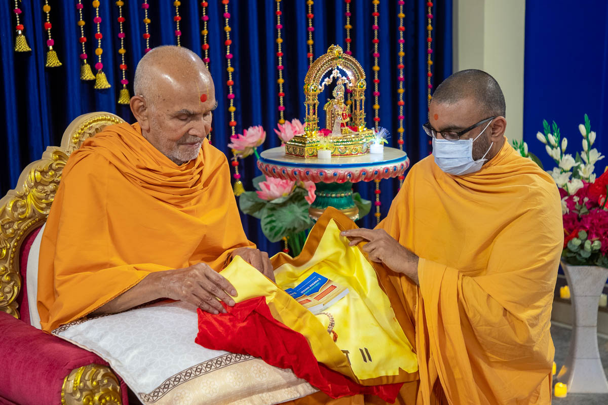 Swamishri inaugurates a new print publication, 'Satsang Diksha, Gujarati-Sanskrit-English'