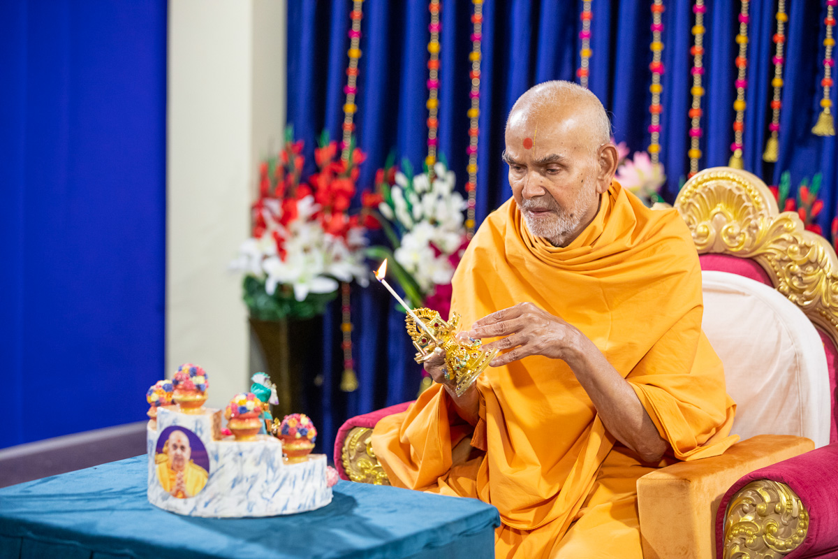 Swamishri performs the evening arti