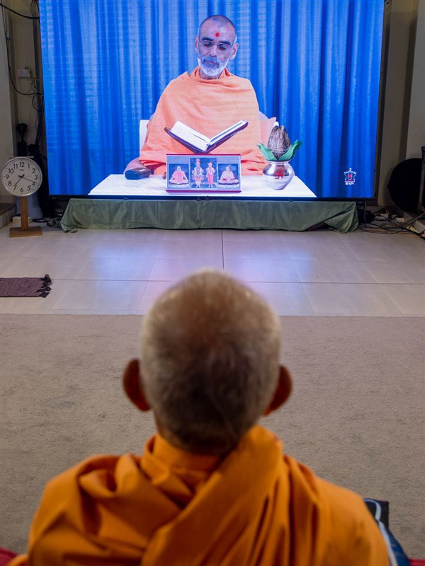 Swamishri during the evening Sunday satsang assembly