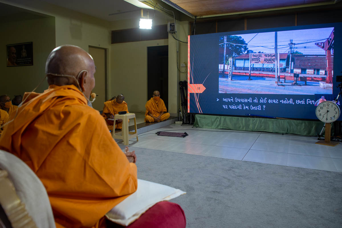 During the evening assembly, Swamishri recalls his memories of his interactions with Brahmaswarup Yogiji Maharaj