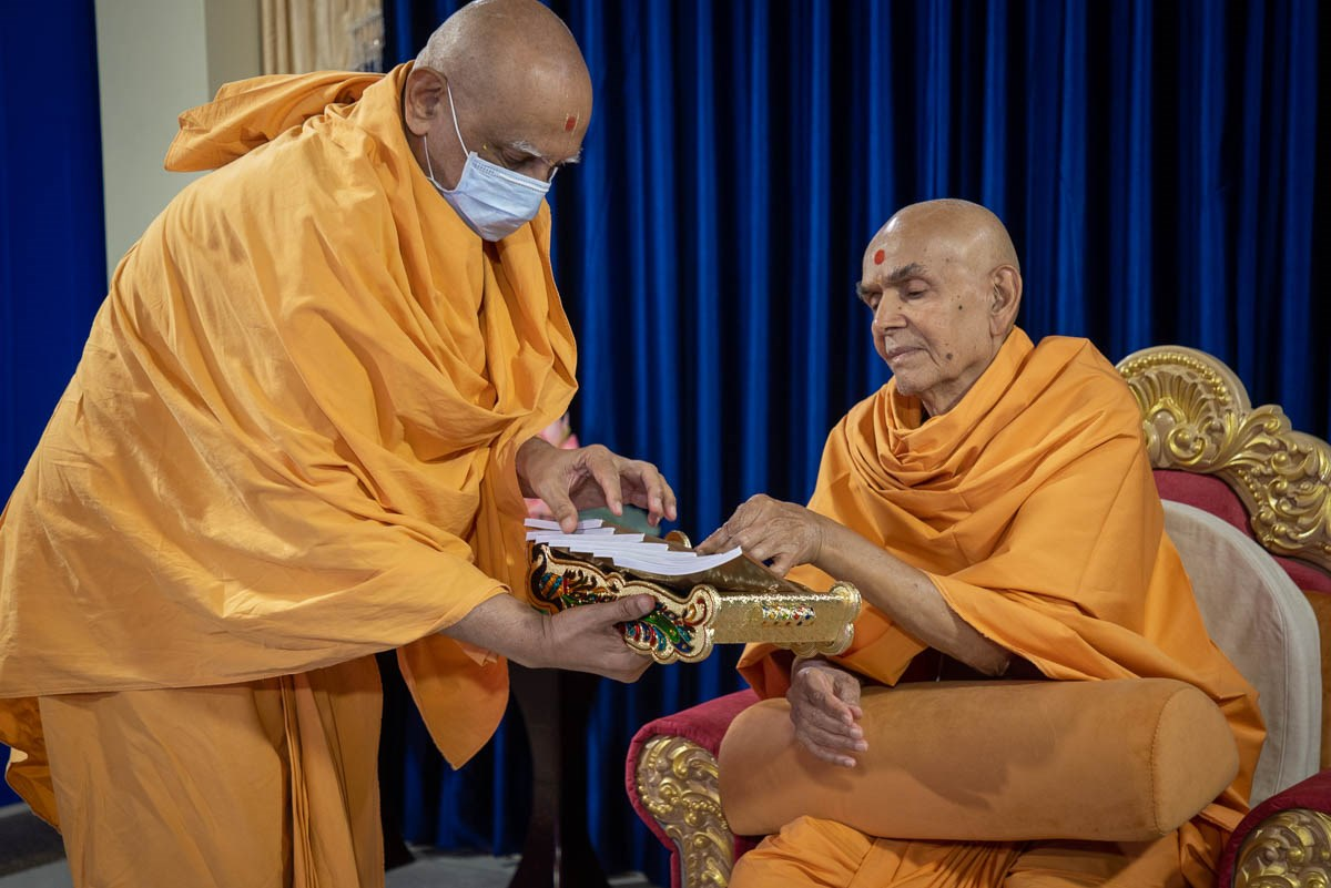 Swamishri inaugurates a new English print publication, 'Rajipo: The Purpose and Process of Pleasing God'