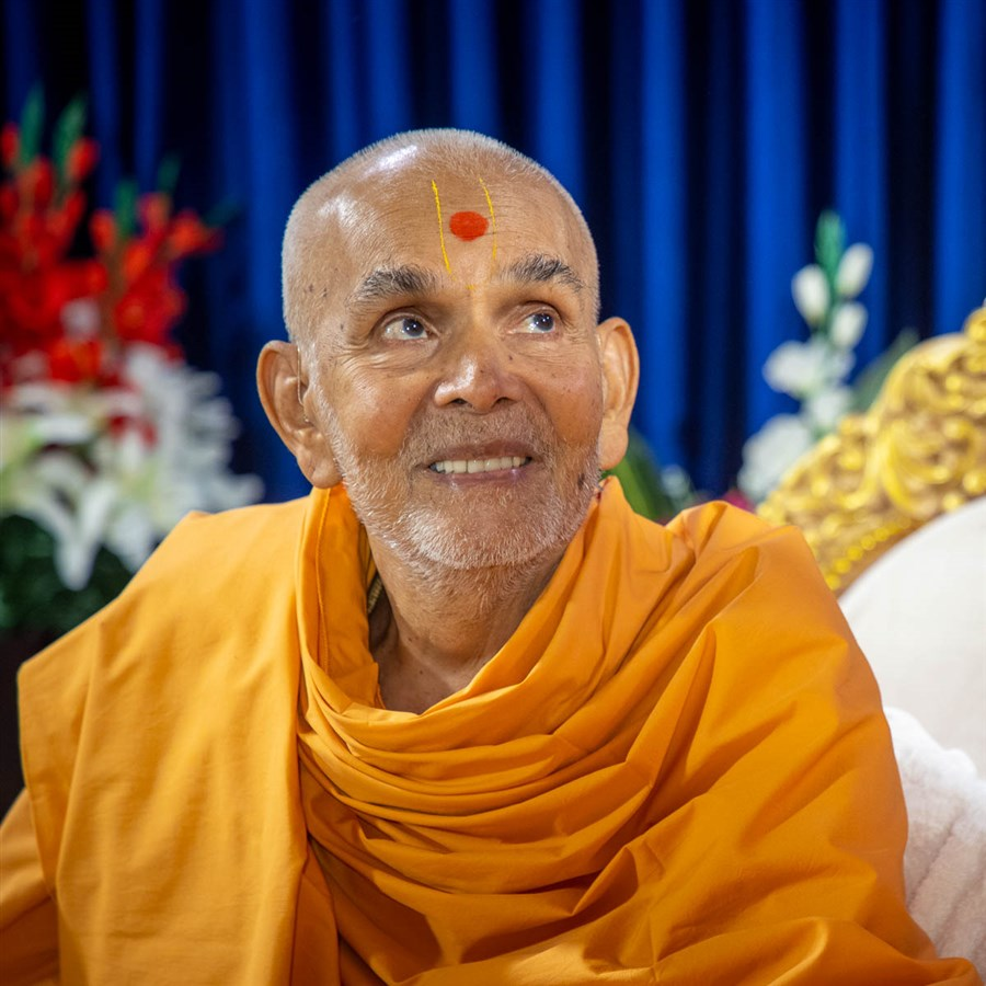 Swamishri in conversation with sadhus