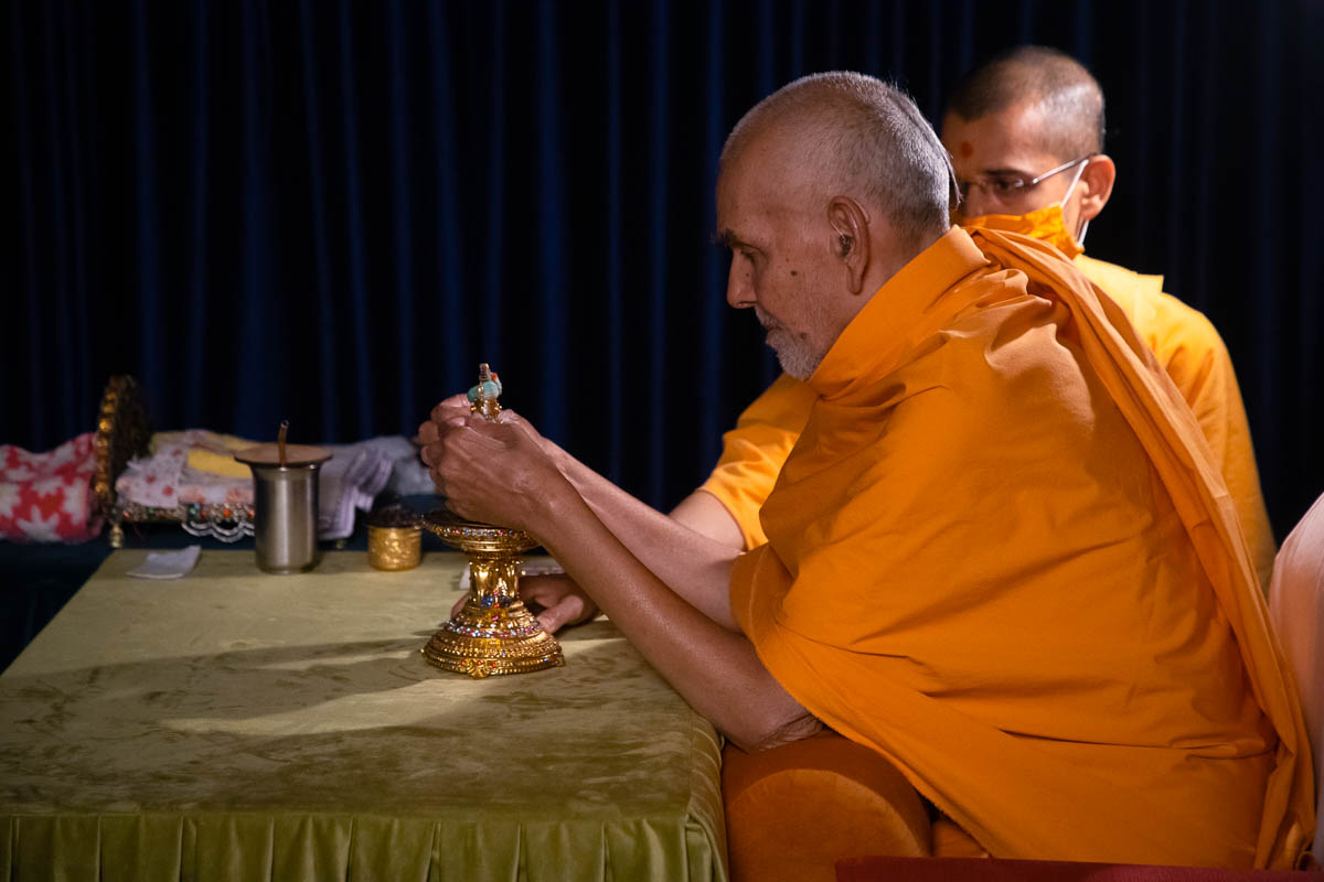 Swamishri performs the night worship rituals of Shri Harikrishna Maharaj
