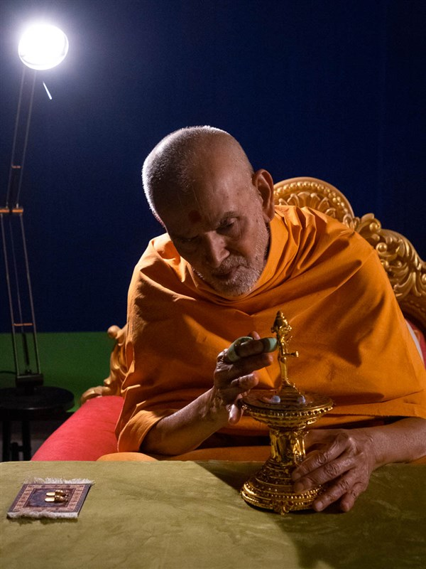 Swamishri massages Thakorji