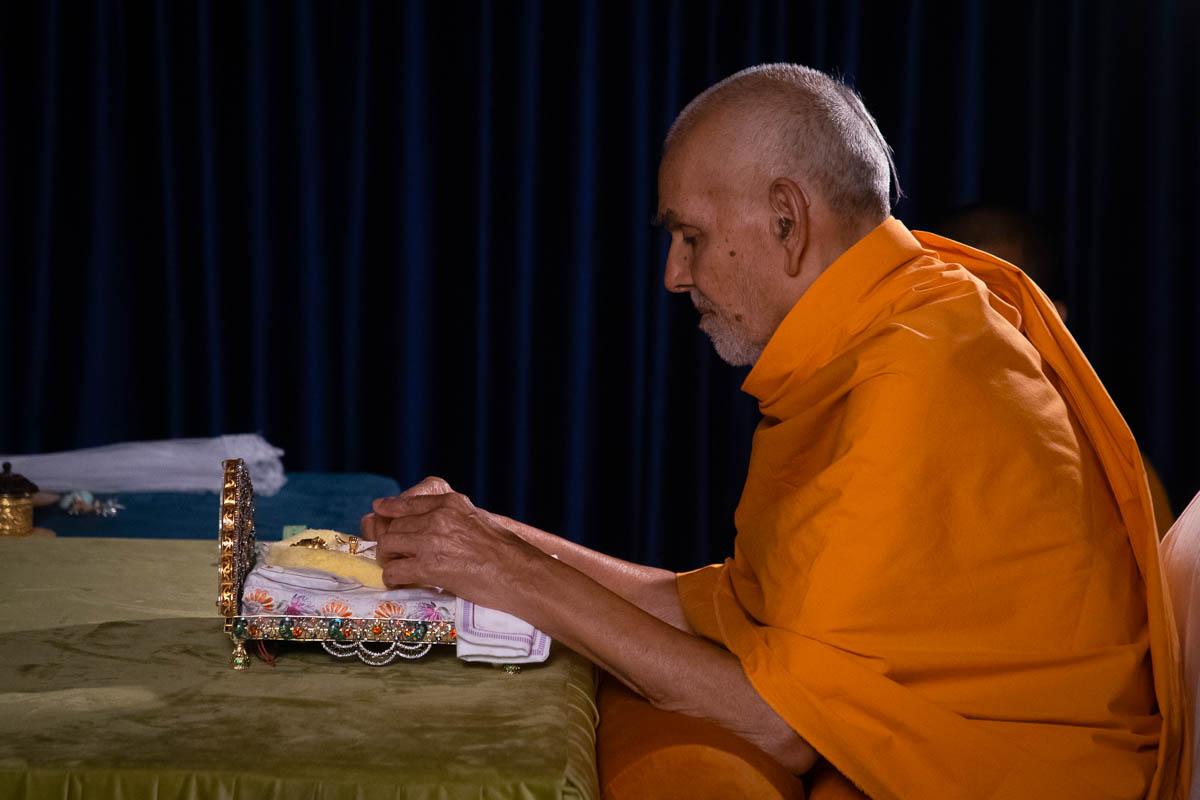 Swamishri massages Thakorji's feet
