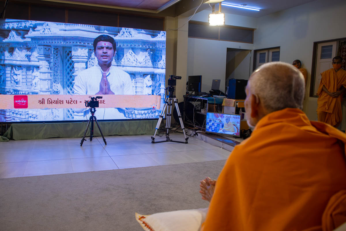 A youth from Ahmedabad narrates to Swamishri how he memorized the Satsang Diksha