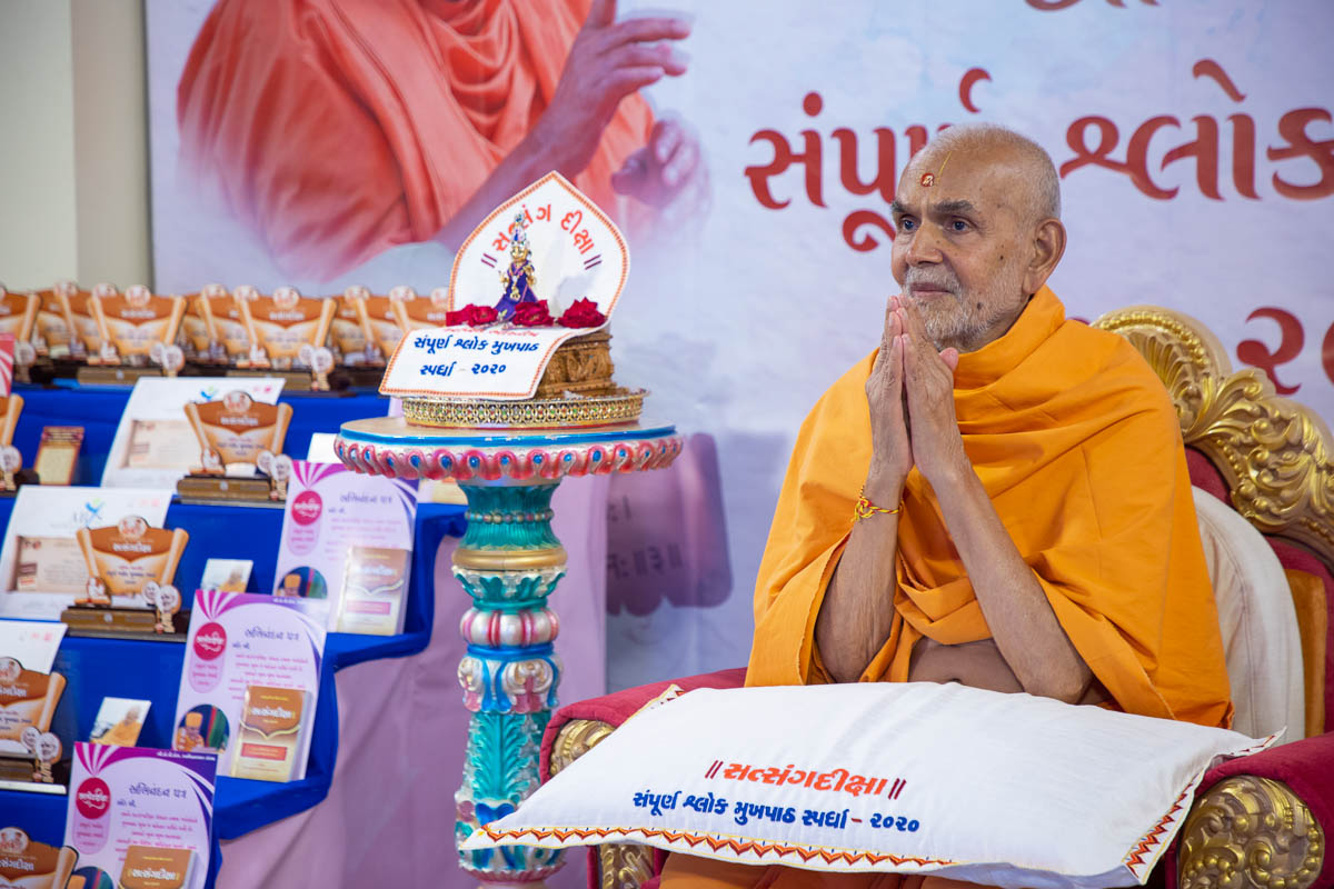 Swamishri greets the youths with 'Jai Swaminarayan'